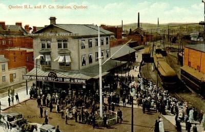 La compagnie de chemin de fer Québec, Montmorency et Charlevoix devient la Quebec Railway, Light and Power Company en 1899. Cette photographie représente sa gare de la rue Saint-Paul à l'angle de la rue Ramsay au début du XXe siècle. (Ville de Québec, quartier Vieux-Québec basse-ville - [Vers 1900 -vers 1965], BAnQ, Collection Magella Bureau, P547,S1,SS1,SSS1,D1,P3444R)